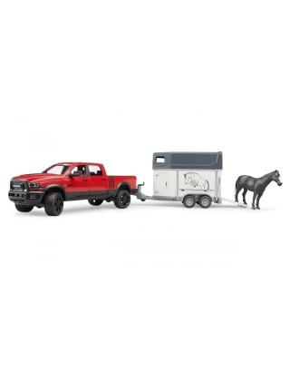 Auto RAM 2500 Power Wagon z przyczepą do przewozu koni